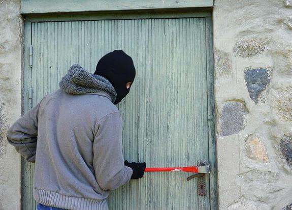 ladron robando en vivienda