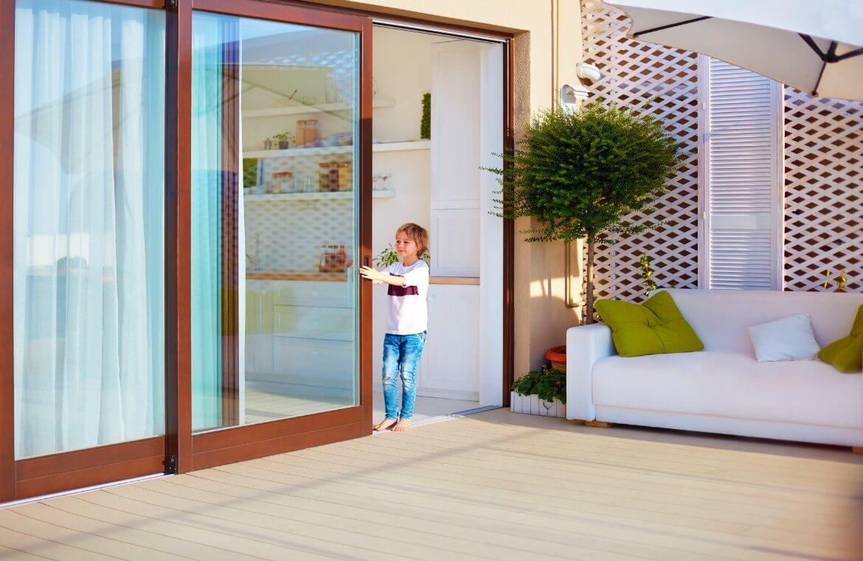 Niño abriendo puerta de terraza