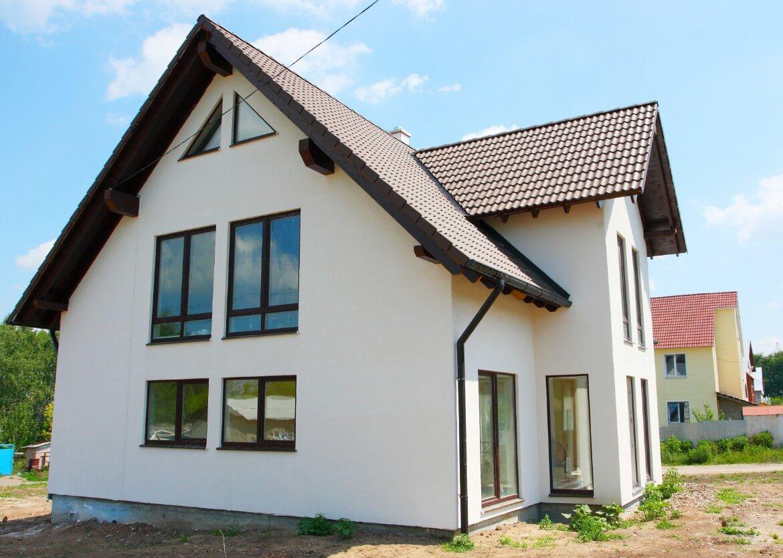casa con diferentes tipos de ventanas