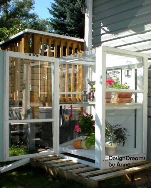 Mini invernadero con ventanas recicladas