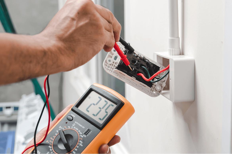 Electricista comprobando fallos