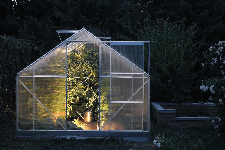 Invernadero doméstico en el jardín