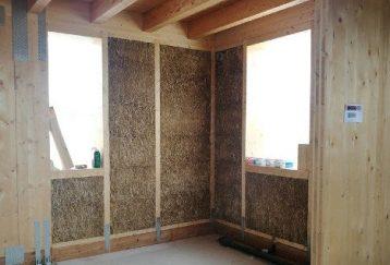 Interior casa de paja en construcción
