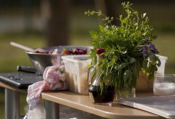 mesa con comida al aire libre